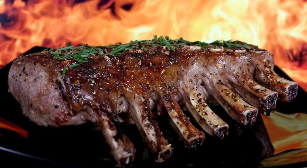 Ulje u marinadama nema utjecaja na proces mariniranja - ono štiti meso od kvarenja i pomaže kod pečenja.