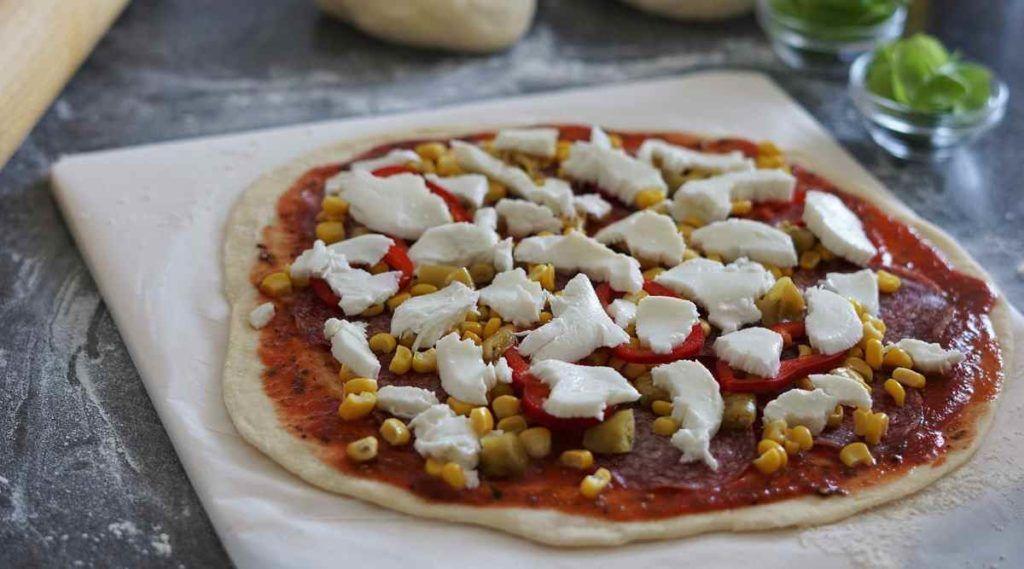 Ne pretjerujte s količinom nadjeva jer će pizza biti gnjecava