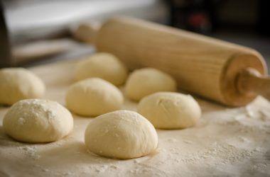 Tijesto za pizzu je najbolje formirati u kugle odgovarajuće veličine prije dizanja